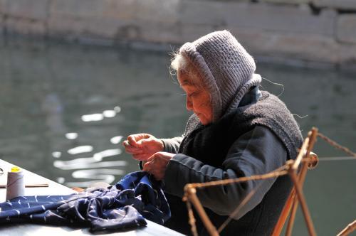 补破衣的老妇人